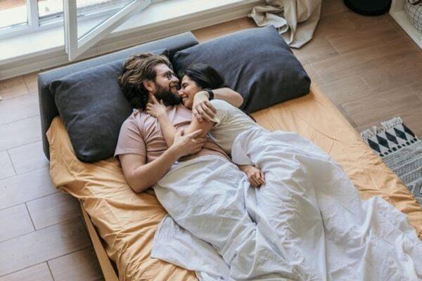 pexels anastasisashuraeva 4406633 600x400 - Kuscheln: Mit diesen Tipps und Kuschelpositionen glücklich und gesund bleiben