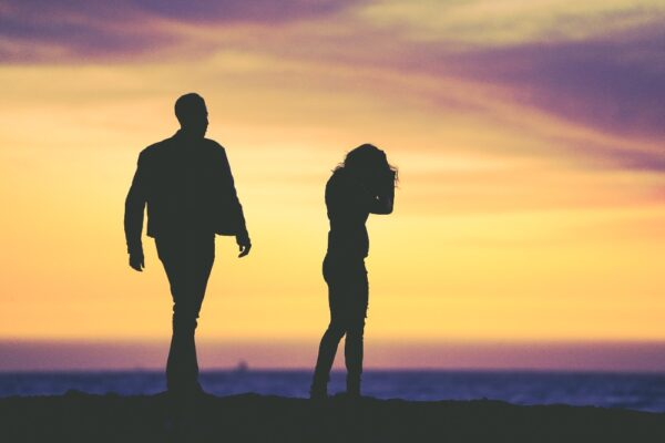 Es könnte so einfach sein: Man trifft sich, verliebt sich und irgendwann entsteht eine Beziehung. Leider sieht das in der Realität oft anders aus. Einseitige Gefühle und Schwärmereien, die nicht erwidert werden. Erfahren Sie hier, was bei einem solchen Liebes-Dilemma hilft und wie Sie vorgehen können, um wieder offen für neue Bekanntschaften zu sein.