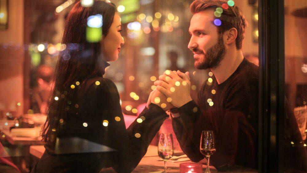 pexels andrea piacquadio 842546 1 1 1000x563 - Richtig flirten: 5 Flirt Tipps und Ideen, um Menschen kennenzulernen