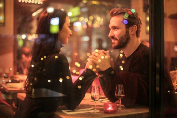 pexels andrea piacquadio 842546 1 1 600x400 - Richtig flirten: 5 Flirt Tipps und Ideen, um Menschen kennenzulernen