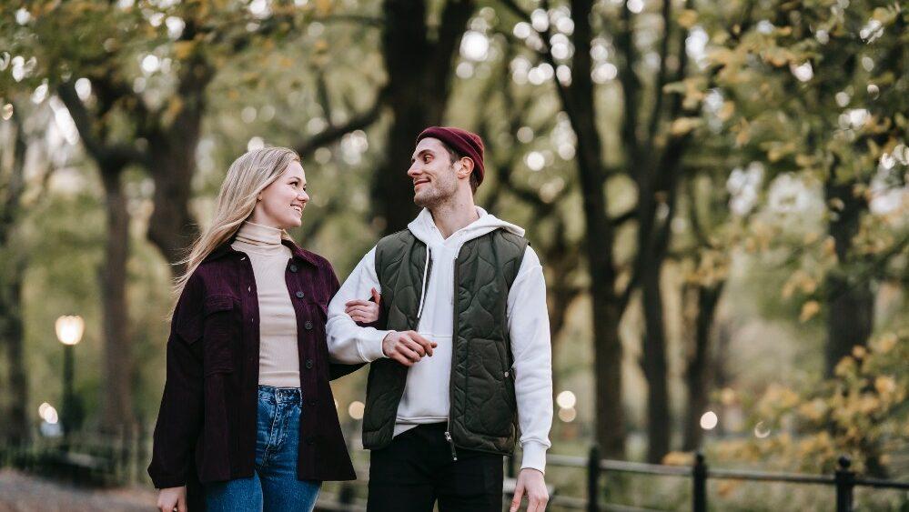 single infranken pexels katerina holmes 5910966 1 1 999x563 - Blind Date – Liebe finden ohne Vorurteile